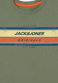Jack & Jones Junior - JORTYLER CREW NECK - Print T-shirt - sea spray - 2