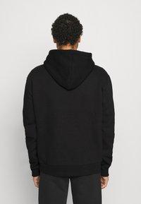 Karl Kani - SMALL SIGNATURE BOX HOODIE UNISEX  - Sweatshirt - black - 2