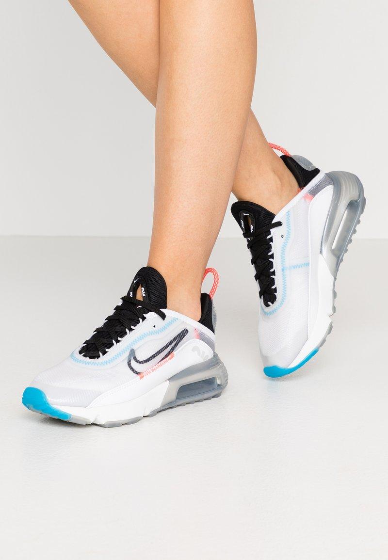 Nike Sportswear - AIR MAX 2090 - Tenisky - white/black/pure platinum/bright crimson/wolf grey/blue hero