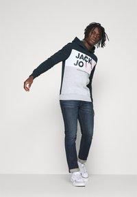 Jack & Jones - JJARID HOOD - Felpa con cappuccio - navy blazer - 1