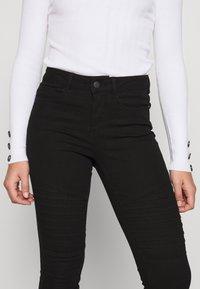 Vero Moda Petite - VMHOT SEVEN MR BIKER PANTS - Jeans Skinny Fit - black - 3