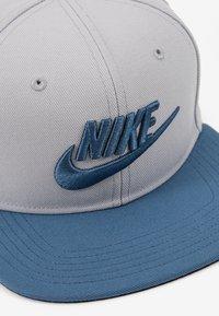 Nike Sportswear - PRO FUTURA SNAPBACK UNISEX - Gorra - light smoke grey/black/thunderstorm - 2