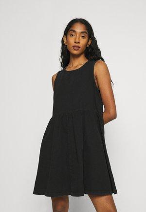 NMCAROLINA SMOCK  DRESS - Denimové šaty - black