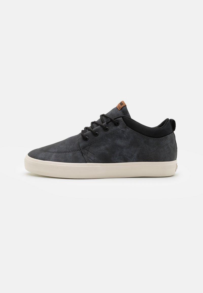 Globe - CHUKKA - Skateschoenen - black