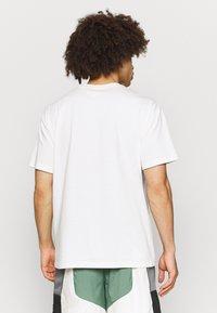Nike Performance - TEE - T-shirt med print - pure - 2
