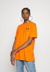 YOURTURN - T-shirt med print - orange - 3