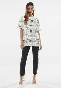 Bershka - Print T-shirt - off-white - 1