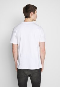 Timberland - KENNEBEC RIVER HORIZONTAL GRAPHIC TEE - Print T-shirt - white - 2