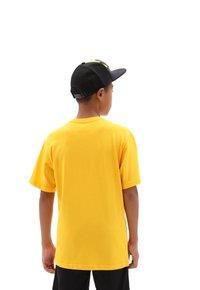 Vans - BY VANS CLASSIC BOYS - T-shirt z nadrukiem - saffron/black - 1