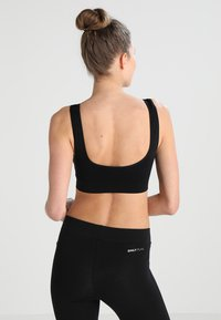 ONLY Play - ONPMIRA SEAMLESS BRA - Medium support sports bra - black - 2