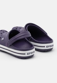 Crocs - CROCBAND RELAXED FIT - Sandalias planas - mulberry/white - 5