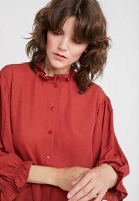 DESIGNERS REMIX - BYRON RUFFLE SHIRT - Button-down blouse - ox blood - 4