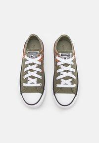 Converse - CHUCK TAYLOR ALL STAR DINO DAZE UNISEX - Sneakers basse - field surplus/light field surplus/fire pit - 3