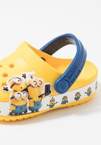 Crocs - MINIONS MULTI RELAXED FIT - Pool slides - yellow - 2