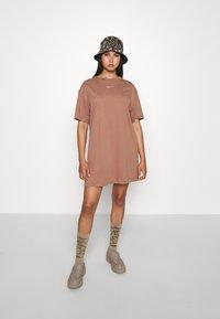 Nike Sportswear - Vestido ligero - archaeo brown/white - 4