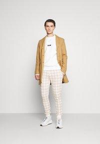 Topman - NEUTRAL HOUNDSTOOTH  - Pantaloni sportivi - stone - 1