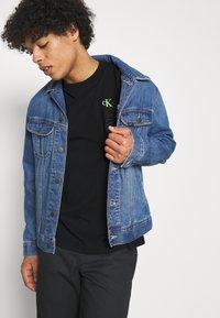 Calvin Klein Jeans - WASHED INSTITTEE UNISEX - Print T-shirt - black - 3