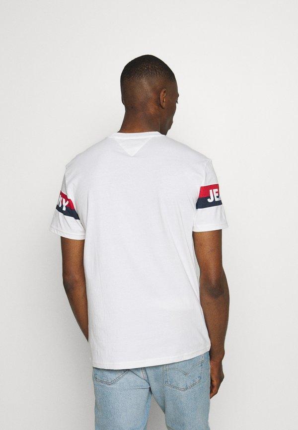 Tommy Jeans DOUBLE STRIPE LOGO TEE - T-shirt z nadrukiem - white/biały Odzież Męska ZYGQ