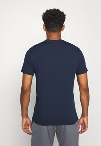 Reebok - STACKED TEE - T-shirt imprimé - motred/excred - 2