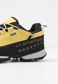 La Sportiva - TX5 LOW WOMAN GTX - Hiking shoes - celery/cloud - 5