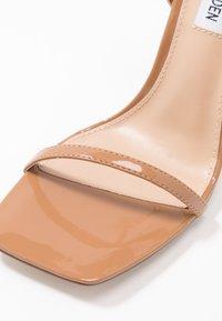 Steve Madden - UPLIFT - Sandaler med høye hæler - camel - 2