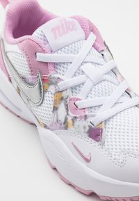 Nike Sportswear - AIR MAX FUSION - Tenisky - white/metallic silver/light arctic pink - 5