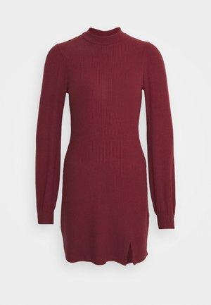 COZY SHORT DRESS - Pletené šaty - burg