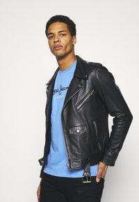 Pepe Jeans - EGGO  - T-shirt med print - bright blue - 3