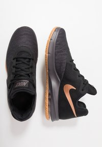 Nike Performance - AIR MAX INFURIATE III LOW - Basketball shoes - black/metallic copper/thunder grey/medium brown - 1
