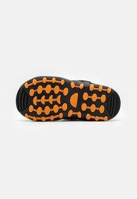 Kamik - CRAB UNISEX - Sandales de randonnée - black/orange/charcoal - 4
