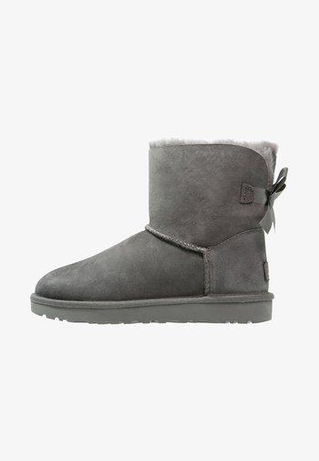 MINI BAILEY BOW - Støvletter - grey