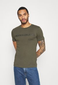 Calvin Klein Jeans - INSTITUTIONAL LOGO SLIM TEE - Print T-shirt - deep depths - 0