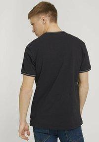 TOM TAILOR DENIM - MIT STREHKRAGEN - Basic T-shirt - black - 2