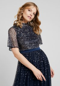 Maya Deluxe - HIGH NECK MAXI DRESS WITH OPEN BACK AND SCATTERED SEQUIN - Suknia balowa - navy - 4