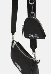 Von Dutch - KACEY SCHOULDER BAG CROSS BODY UNISEX - Handbag - black - 3