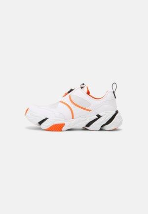 RUNNER SNEAKER ZIP PU-NY - Trainers - bright white