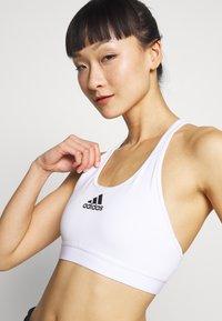adidas Performance - DESIGNED4TRAINING WORKOUT BRA MEDIUM SUPPORT - Sports bra - white - 4
