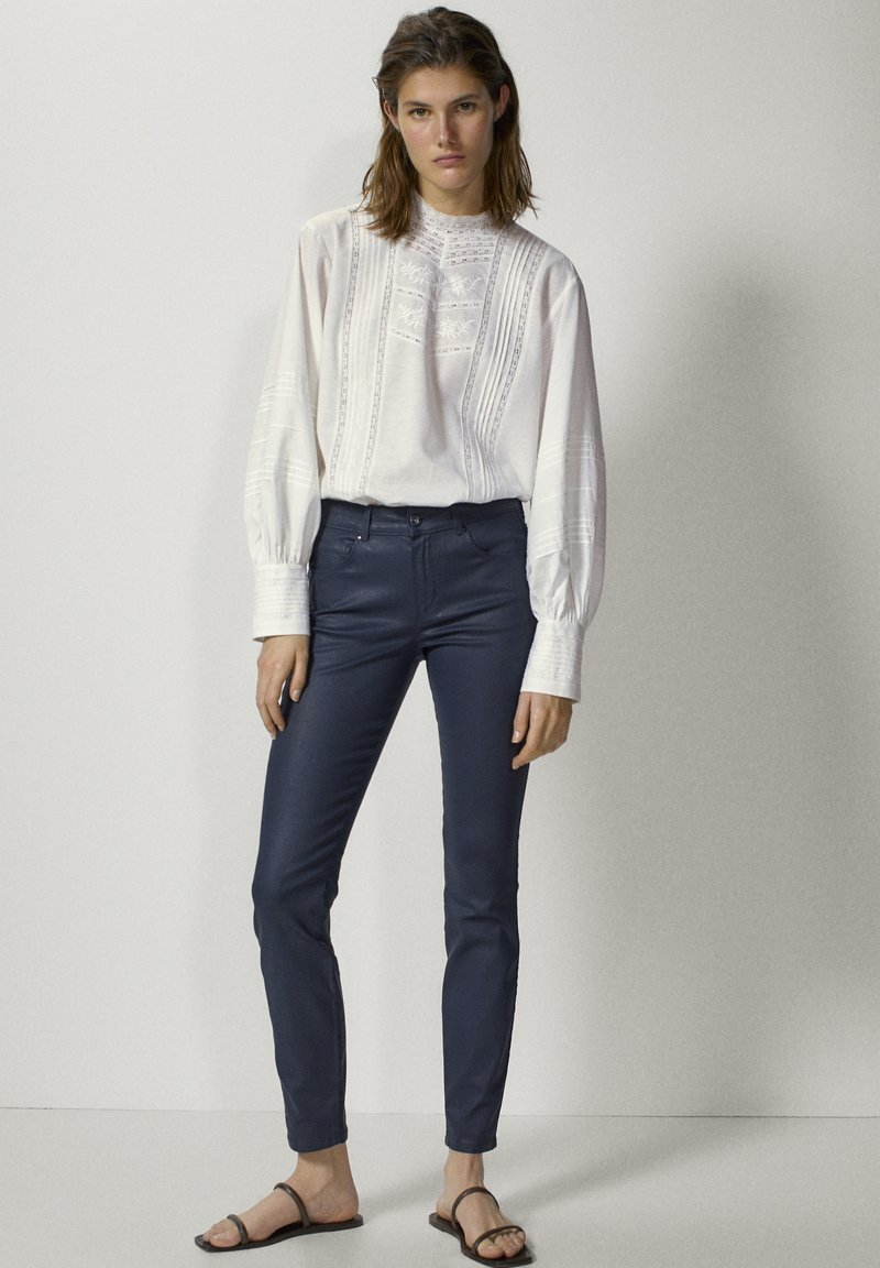 Massimo Dutti - MIT GUMMIERTEM FINISH - Jeans Skinny - dark blue