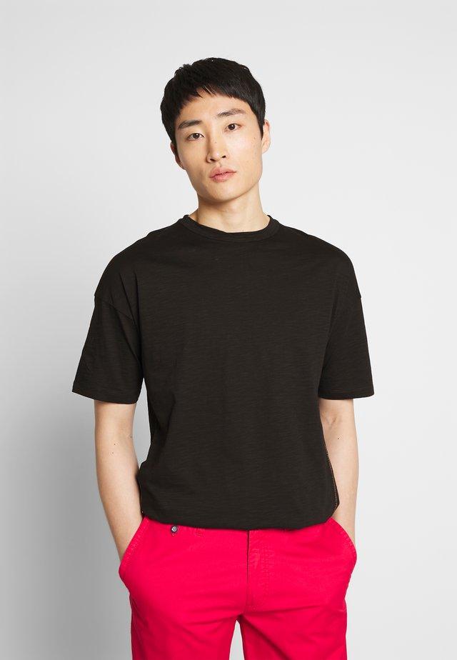 WITH HANDSTITCH - Basic T-shirt - black