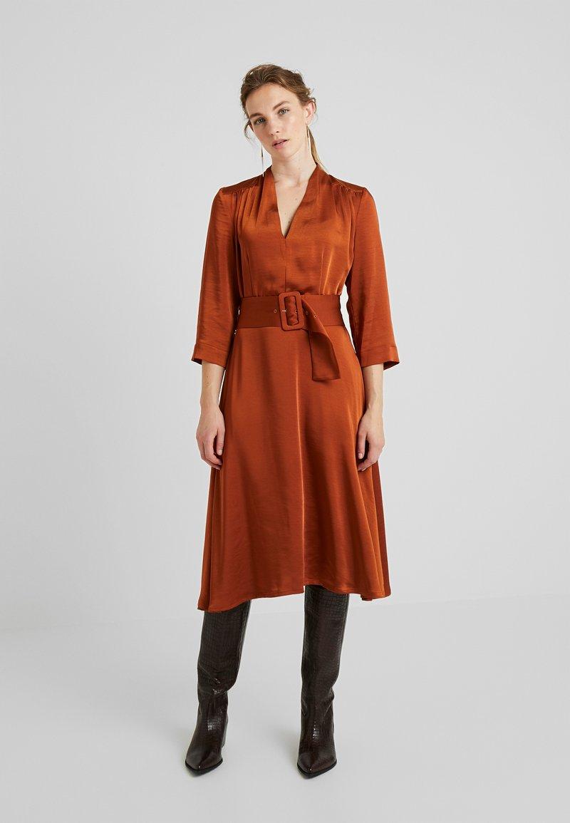 Gestuz - KAMRYN DRESS - Denní šaty - umber