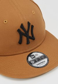 New Era - LEAGUE ESSENTIAL 9FIFTY - Lippalakki - light brown - 6