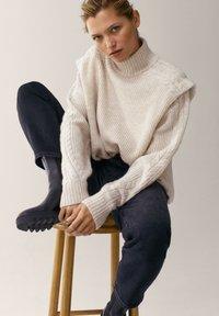 Massimo Dutti - MIT HALBHOHEM BUND - Slim fit jeans - dark grey - 5
