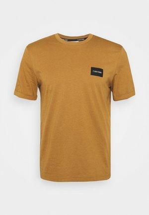 TURN-UP SLEEVE BADGE - T-Shirt basic - caramel