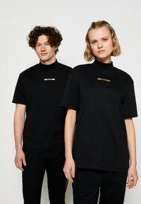 HUGO - DAKAYO METALLIC UNISEX - Print T-shirt - black/gold - 0