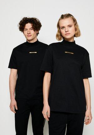 DAKAYO METALLIC UNISEX - Print T-shirt - black/gold