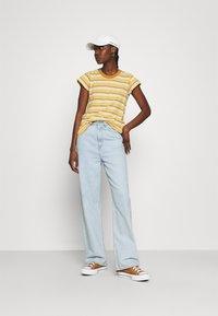 Madewell - PERFECT VINTAGE TEE - Print T-shirt - sahara sand - 1