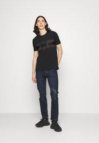 Glorious Gangsta - GALOS TEE - Print T-shirt - jet black/red - 1