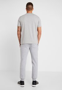 Jack & Jones - JJIGORDON JJSOFT PANTS - Verryttelyhousut - light grey melange - 2