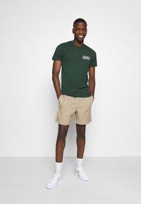 Levi's® - CREWNECK GRAPHIC 2 PACK - Print T-shirt - sycamore/sassafras - 0