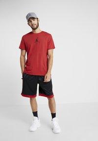 Jordan - JUMPMAN CREW - Print T-shirt - gym red/black - 1